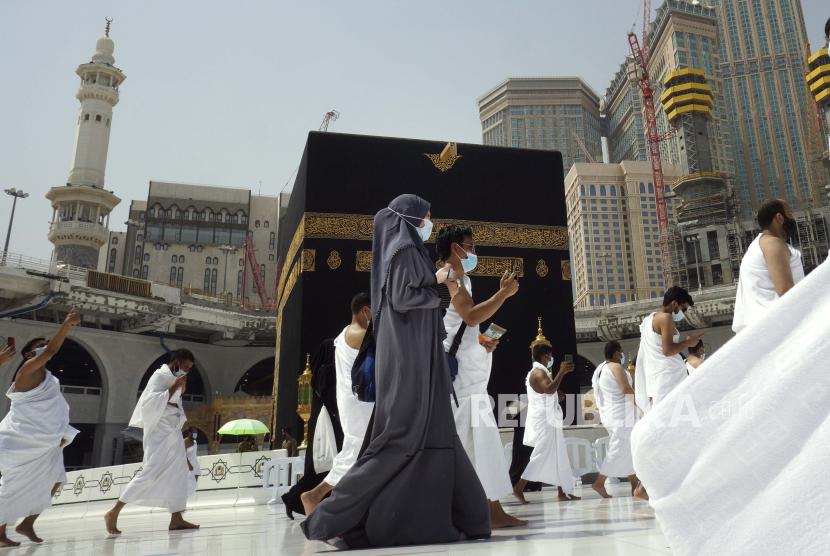 Jamaah Muslim mengelilingi Ka
