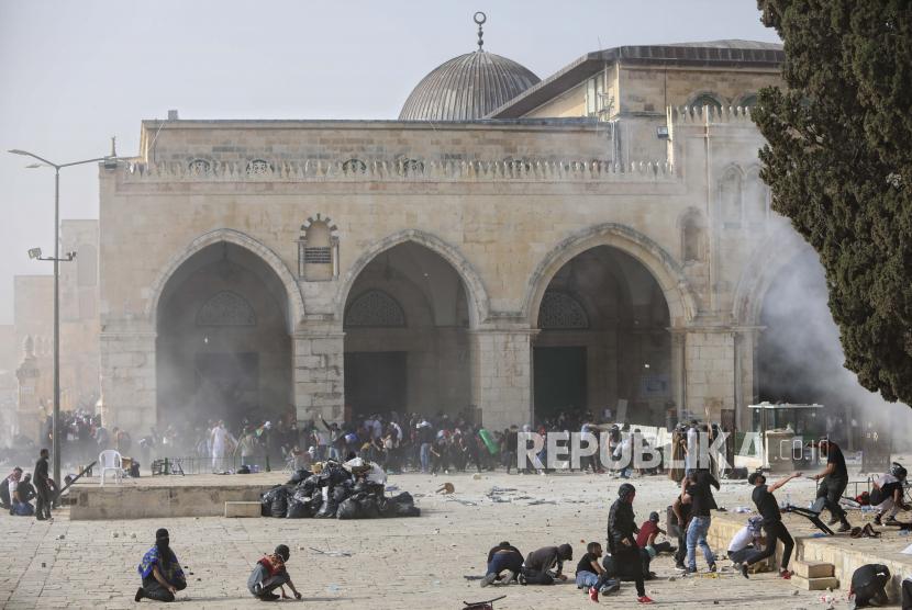 Warga Palestina bentrok dengan pasukan keamanan Israel di kompleks Masjid Al Aqsa di Kota Tua Yerusalem Senin, 10 Mei 2021.