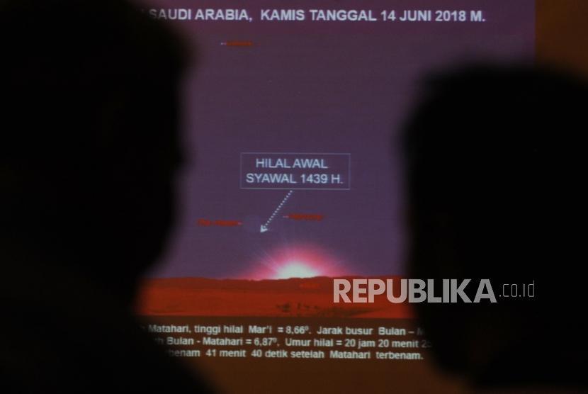 Rekayasa hasil hilal diperihatkan sebelum dimulainya sidang itsbat di kantor Kementerian Agama, Jakarta, Kamis (14/6).