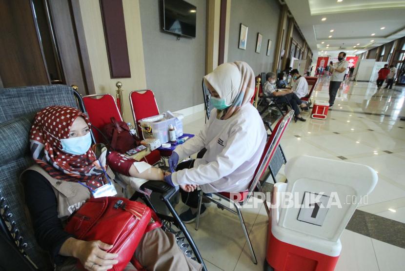 Kegiatan donor darah dalam rangka Hari Donor Darah Internasional yang digelar Masyarakat Tionghoa Peduli bersama PMI Kota Bandung dan sejumlah unsur terkait di Sudirman Grand Ballroom, Kamis (24/6). Kegiatan tersebut sebagai upaya memenuhi ketersediaan dan kebutuhan darah di masa pandemi.