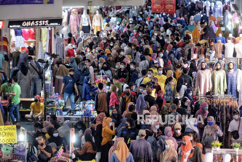 Warga berbelanja di Pasar Tanah Abang Blok A, Jakarta Pusat, Ahad (2/5). Pada H-10menjelang Hari Raya Idul Fitri 1442 Hijriah kawasan tersebut mulai dipadati warga untuk berbelanja berbagai kebutuhan lebaran, guna mengantisipasi kepadatan petugas mengatur keluar masuk pengunjung. Republika/Thoudy Badai