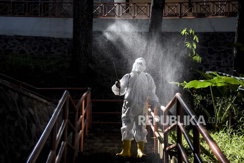 Petugas menyemprotkan cairan disinfektan di area rumah isolasi mandiri (ilustrasi)