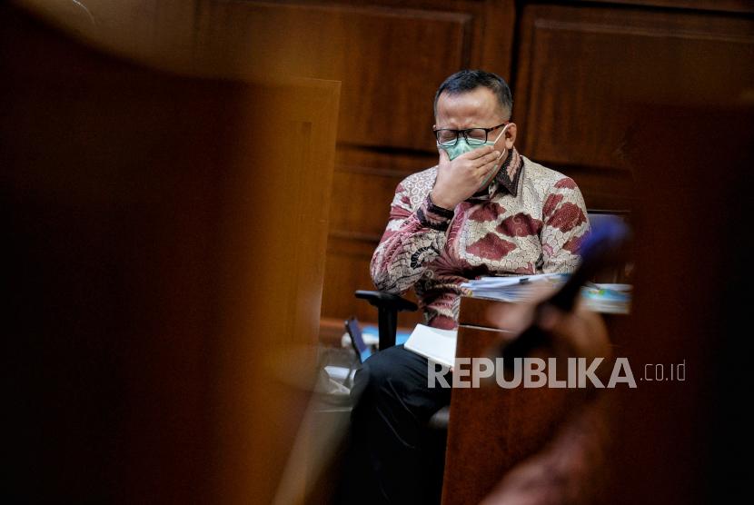 Terdakwa mantan Menteri Kelautan dan Perikanan Edhy Prabowo mendengarkan keterangan saksi saat sidang lanjutan di Pengadilan Tipikor, Jakarta, Rabu (28/4). Jaksa Penuntut Umum KPK menghadirkan delapan saksi dalam persidangan perkara suapizin ekspor benih lobster atau benur tahun 2020 yang menjerat mantan Menteri Kelautan dan Perikanan Edhy Prabowo.Republika/Thoudy Badai