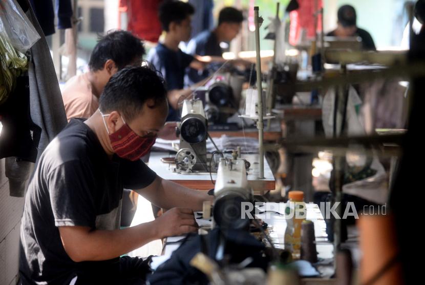Sejumlah pekerja melakukan proses menjahit di sebuah UMKM konveksi di Curug, Kabupaten Bogor, Jawa Barat, Kamis (3/6). Dalam rangka mengakselerasi Pemulihan Ekonomi Nasional (PEN), pemerintah akan memberi dukungan stimulus bagi UMKM hingga Rp191,3 Triliun triliun dan ditujukan untuk menjaga kelanjutan momentum pemulihan ekonomi.Prayogi/Republika.