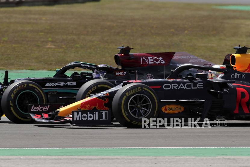 Pembalap Red Bull Max Verstappen dari Belanda mencoba menyalip pembalap Mercedes Lewis Hamilton dari Inggris, kiri, pada Grand Prix Formula Satu Portugal di Sirkuit Internasional Algarve dekat Portimao, Portugal, Minggu, 2 Mei 2021.