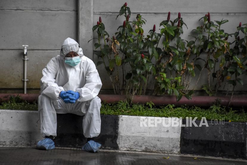 Petugas kesehatan berada di depan ruang Instalasi Gawat Darurat (IGD) di Rumah Sakit Khusus Ibu dan Anak (RSKIA), Kota Bandung, Rabu (16/6). Kementerian Kesehatan Indonesia menyatakan masyarakat Indonesia harus lebih taat protokol kesehatan Covid-19 serta mengimbau pemerintah untuk terus memperketat penerapan Pemberlakuan Pembatasan Kegiatan Masyarakat (PPKM), karena hingga saat ini telah terdata 145 kasus mutasi virus SARS-CoV-2 yang tergolong variant of concern (VOC) yang ditemukan di 12 provinsi di Indonesia. Foto: Republika/Abdan Syakura