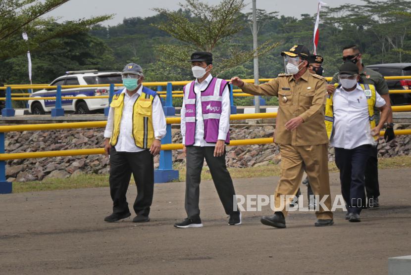 Presiden Joko Widodo (kedua kiri) didampingi Menteri Pekerjaan Umum Basuki Hadimuljono (kiri) berbincang dengan Gubernur Banten Wahidin Halim (kiri) dan staf usai meresmikan Waduk Sindangheula di Pabuaran, Serang, Banten, beberapa waktu lalu.