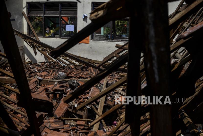 Warga melihat kondisi ruang kelas SDN Otista di Kelurahan Baranangsiang, Kota Bogor, Jawa Barat, Jumat (17/9). Atap ambruk terjadi pada Kamis (16/9).