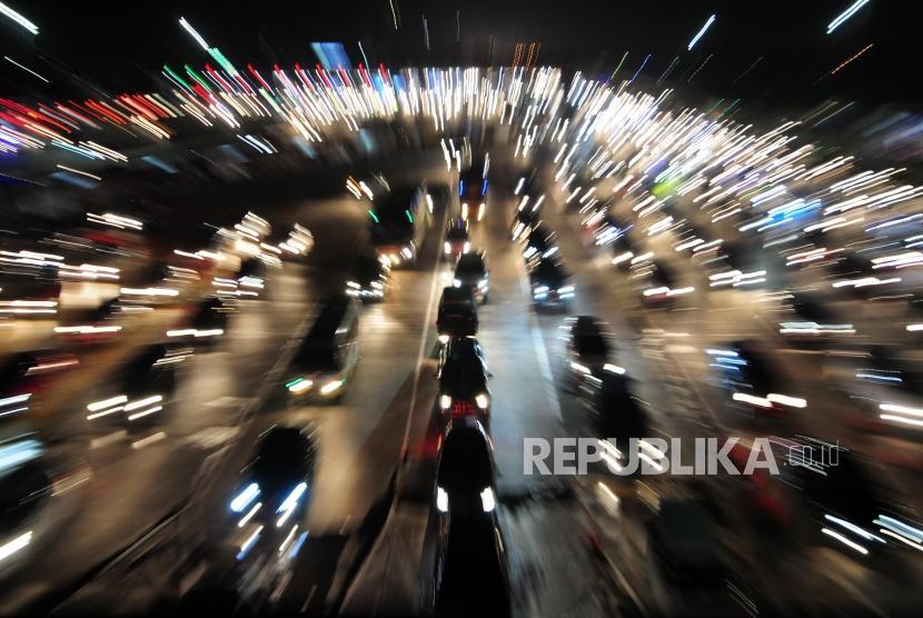 Sejumlah kendaraan mengantre untuk keluar dari Gerbang Tol Cikarang Utama, Bekasi, Jawa Barat, Rabu (20/6).