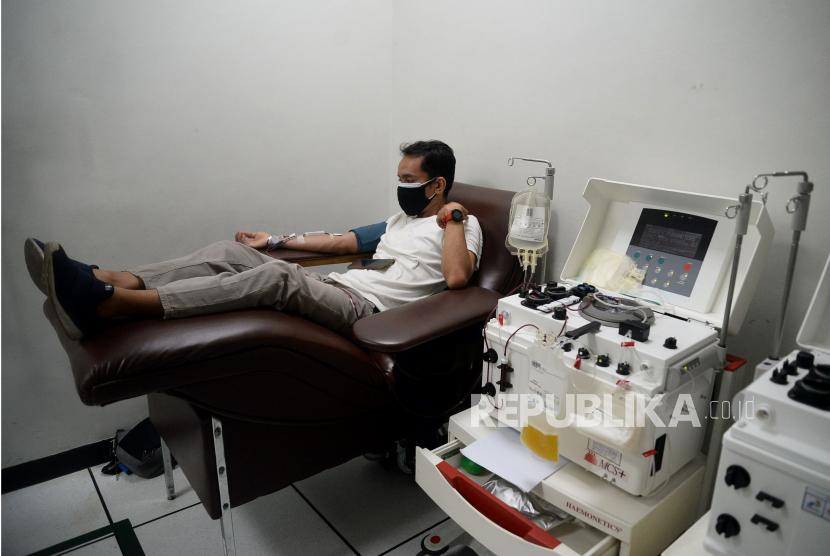 Syarat untuk Jadi Pendonor Plasma Konvalesen. Warga penyintas COVID-19 mendonorkan plasma darahnya di Sentra Donor Plasma konvalesen Stasiun MRT Dukuh Atas BNI, Jakarta, Selasa (24/8). Kegiatan Donor Plasma tersebut merupakan rangkaian dari berbagai program serta komitmen PT MRT Jakarta (Perseroda) dalam membantu pemerintah menanggulangi pandemi COVID-19. Tercatat sebanyak 35 orang yang telah menajalani screening mendonorkan plasmanya.Prayogi/Republika