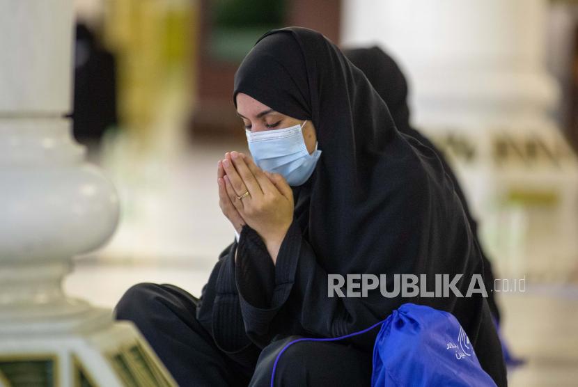 ArabSaudi: Belum Ada Instruksi Resmi tentang Haji. Sebuah foto selebaran yang disediakan oleh Kementerian Media Saudi menunjukkan seorang jamaah yang sedang shalat di Masjidil Haram, situs paling suci Islam, selama Tawaf Al-Qudum (Tawaf Kedatangan) pada hari pertama Haji 2020, di Mekkah, Arab Saudi, 29 Juli 2020. Sejumlah terbatas jemaah haji warga dan penduduk Arab Saudi memulai ritual haji pada 29 Juli di tengah langkah-langkah kesehatan preventif yang ketat yang diambil oleh otoritas Saudi untuk memastikan bahwa jamaah bebas dari virus Corona COVID-19.