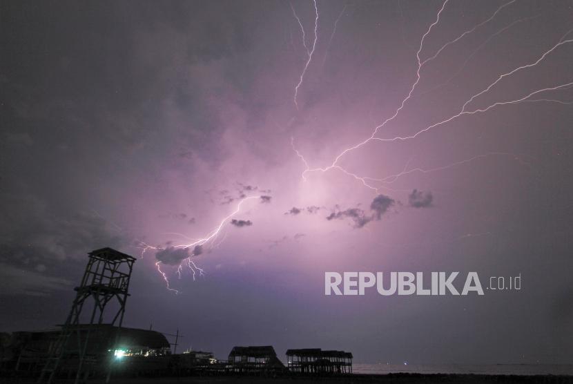 [Ilustrasi Petir] Badan Meteorologi, Klimatologi dan Geofisika (BMKG) memprakirakan hujan lebat yang dapat disertai kilat/petir dan angin kencang berpotensi terjadi di sejumlah daerah di Indonesia.