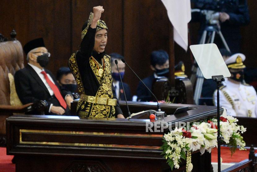 Presiden Joko Widodo menyampaikan pidato dalam rangka penyampaian laporan kinerja lembaga-lembaga negara dan pidato dalam rangka HUT ke-75 Kemerdekaan RI pada sidang tahunan MPR dan Sidang Bersama DPR-DPD di Komplek Parlemen, Senayan, Jakarta, Jumat (14/8).Prayogi/Republika.