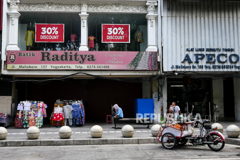 Pedagang kaki lima kembali berjualan di kawasan wisata Malioboro, Yogyakarta, Kamis (29/7). Pada PPKM level 4 pedagang kaki lima diperbolehkan berjualan kembali. Namun, sepinnya pengunjung mengakibatkan pedagang belum membuka lapak semua.