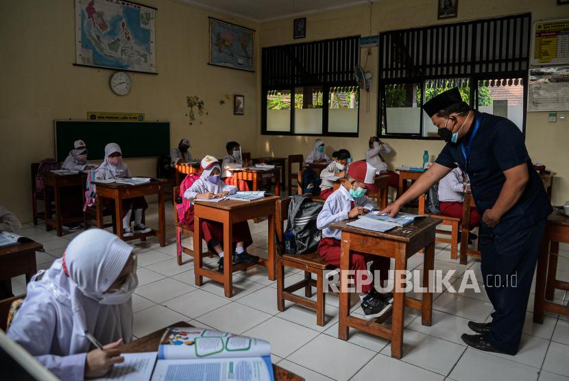 Pelajar mengikuti pembelajaran tatap muka di SDN Pondok Labu 14 Pagi, Jakarta Selatan, Senin (30/8). Sebanyak 610 sekolah di DKI Jakarta menggelar pembelajaran tatap muka secara terbatas dengan penerapan protokol kesehatan yang ketat. Republika/Thoudy Badai