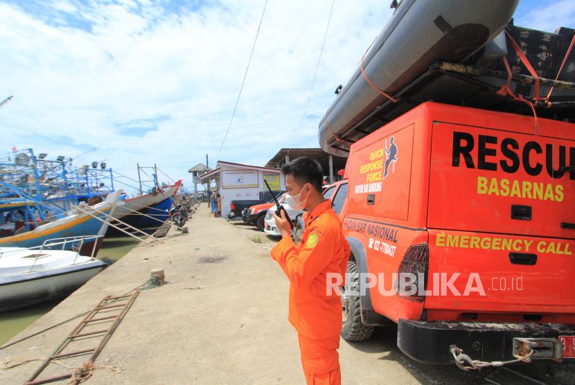 [Ilustrasi] Personel Basarnas melakukan komunikasi saat pencarian korban kapal Barokah Jaya.