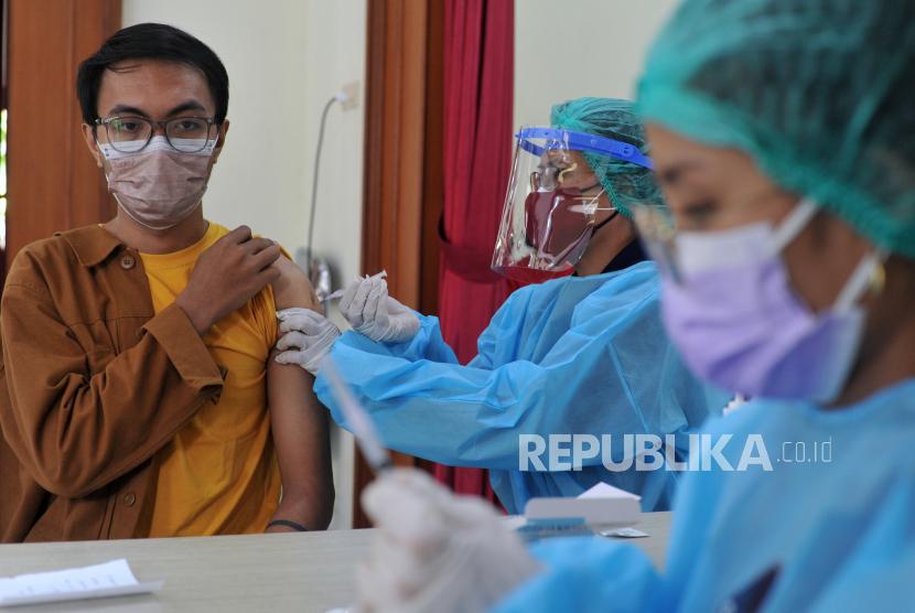 Vaksinator menyuntikkan vaksin COVID-19 kepada mahasiswa di Institut Seni Indonesia (ISI) Denpasar, Bali, Jumat (30/7/2021). Hingga Kamis (29/7) sebanyak 3.055.817 orang di Provinsi Bali telah menerima vaksin COVID-19 dosis pertama atau mencapai 101,99 persen dari target sasaran 2.996.060 orang.