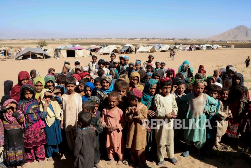 Anak-anak dari kamp pengungsi sementara, tinggal di tempat penampungan sementara di distrik Maiwand dan Panjwayi, di Kandahar, Afghanistan, 10 November 2020.