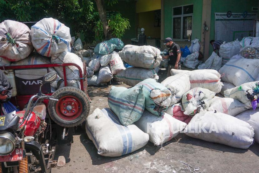 Petugas mengumpulkan sampah plastik di Bank Sampah Pekalongan, Jawa Tengah, Rabu (22/9/2021). Menurut petugas setempat, Bank Sampah Pekalongan menargetkan sebanyak  lima ton sampah plastik yang dikumpulkan dari berbagai macam pengepul di berbagai tempat sampah untuk mengurangi penumpukan sampah plastik di Kota Pekalongan.