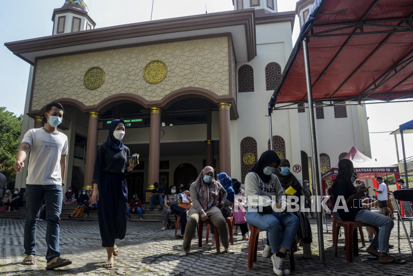 Sejumlah warga menunggu giliran untuk disuntik vaksin Covid-19 di Masjid Jami Al- Hidayah, Tebet, Jakarta, Rabu (4/8). Masjid Jami Al-Hidayah menjadi salah satu tempat diselenggarakannya vaksinasi untuk mendukung gerakan percepatan vaksinasi nasional. Sebanyak 220 vaksin jenis Sinovac dan Astrazeneca disediakan setiap harinya bagi warga di Kecamatan Tebet dan sekitarnya yang diselenggarakan hingga Jumat (6/8).