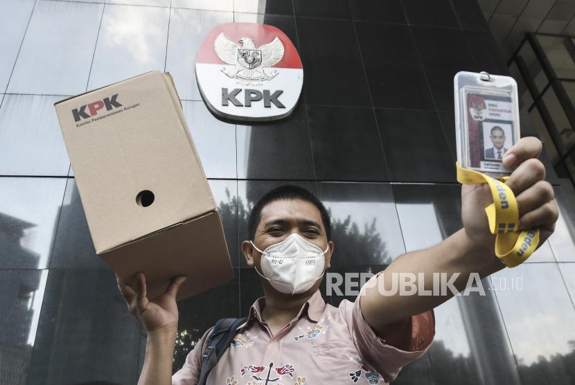 Seorang pegawai KPK Yudi Purnomo berjalan keluar sambil membawa peralatan pribadi dari meja kerjanya di Gedung Merah Putih KPK, Jakarta, Kamis (16/9/2021). KPK memberhentikan 51 pegawai yang tidak lulus Tes Wawasan Kebangsaan (TWK) saat alih status menjadi ASN per 30 September 2021.