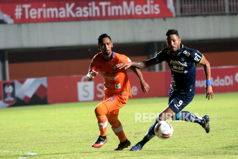 Penyerang Persib Wander Luiz dibayagi bek Persiraja Rahmad pada pertandingan lanjutan Piala Menpora 2021 di Stadion Maguwoharjo, Sleman, Yogyakarta, Jumat (2/4).