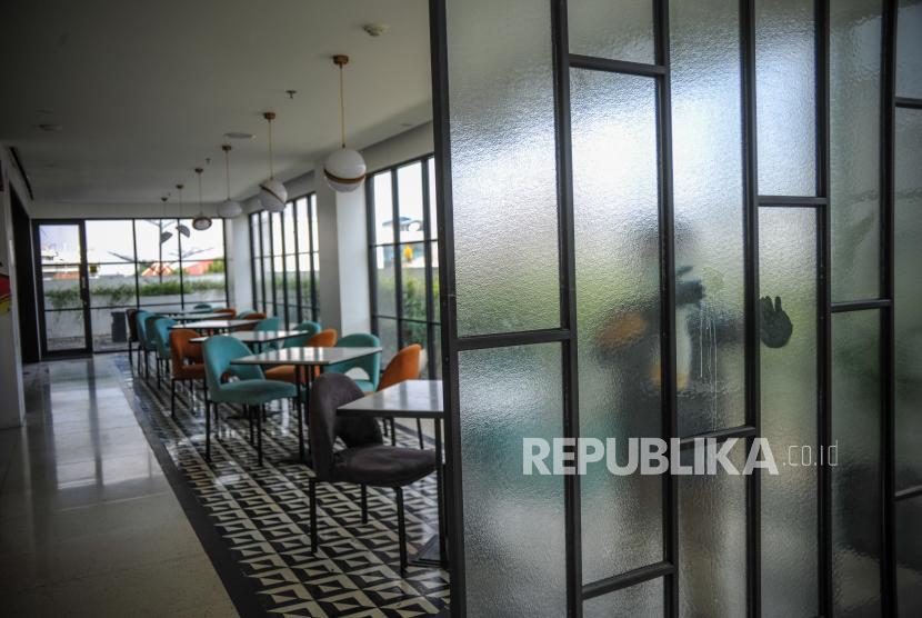 [Ilustrasi] Pekerja membersihkan kaca di restoran De Braga Hotel, Bandung, Jawa Barat.