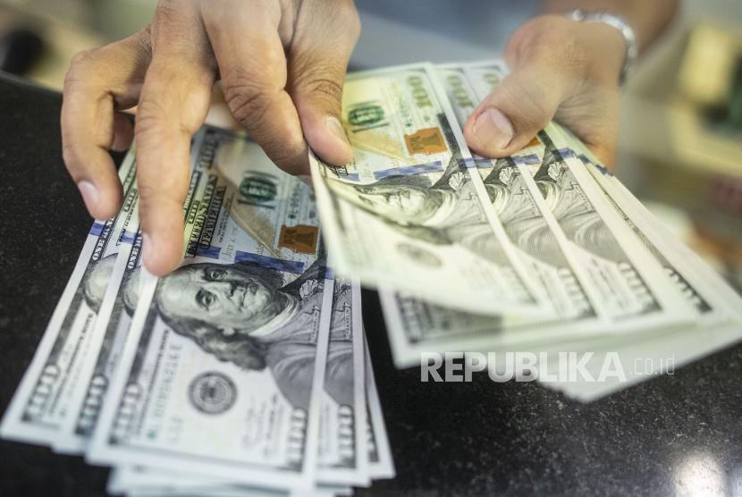 Direktorat Tindak Pidana Ekonomi Khusus (Dittipideksus) Bareskrim Polri memburu pelaku dan tempat pembuatan dolar Amerika palsu setelah menangkap 16 tersangka pengedardi wilayah Jawa Barat dan Jabodetabek. (Foto: Uang dolar AS)
