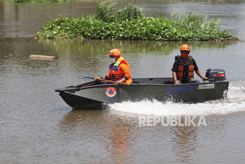 Petugas Badan Penanggulangan Bencana Daerah (BPBD) melakukan penyusuran sungai Brantas, di Kota Kediri, Jawa Timur, Kamis (1/10/2020). Penyusuran di sungai terpanjang kedua di pulau Jawa tersebut untuk mengetahui lokasi habitat buaya yang meresahkan warga sebagai langkah awal mitigasi bencana.