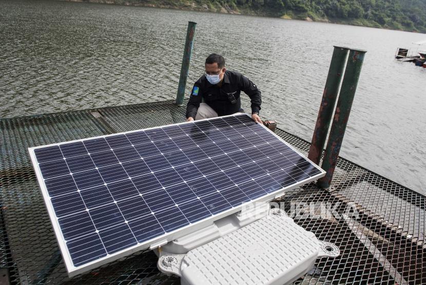 Petugas memeriksa panel surya terapung di Waduk Cirata. PLTS Terapung Cirata ini disebut bisa jadi model pengembangan EBT bagi daerah-daerah lain di Tanah Air.