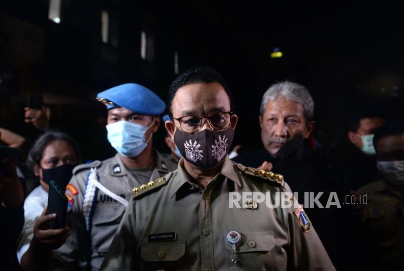 Gubernur DKI Jakarta Anies Baswedan. Laporan harian kasus positif di Jakarta mencapai rekor baru, yaitu 1.579 kasus hari Sabtu (21/11). DKI Jakarta kembali memperpanjang PSBB masa transisi selama 14 hari mulai Senin (23/11).
