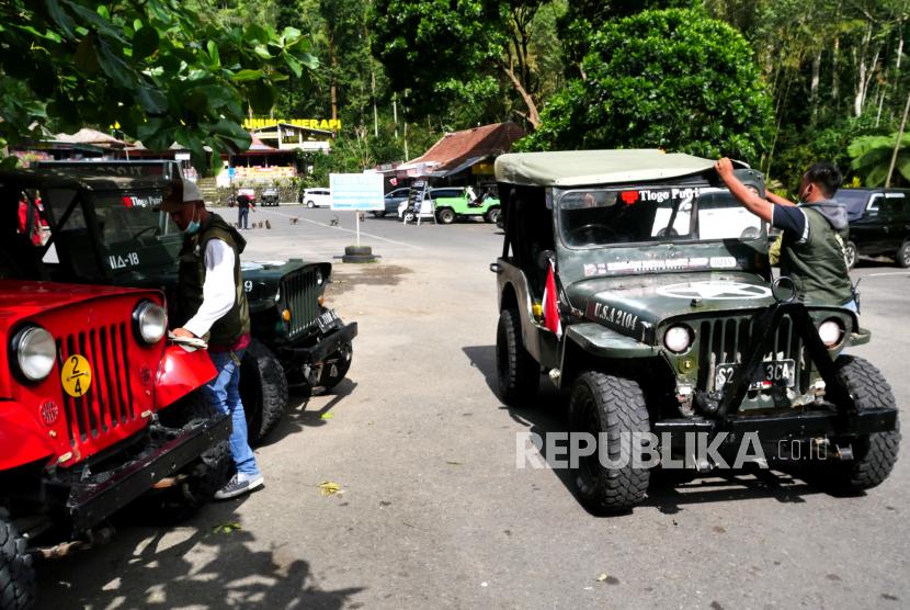 Jip wisata menunggu wisatawan berkeliling di Tlogo Putri, Kaliurang, Sleman, Yogyakarta.  (ilustrasi).