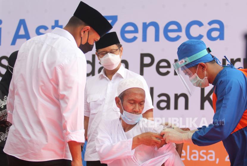 [Ilustrasi] Penyuntikan vaksin Covid-19 AstraZeneca kepada kyai di Pondok Pesantren Lirboyo, Kota Kediri, Jawa Timur.