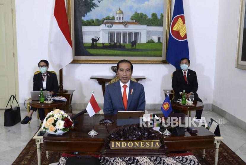 Presiden Joko Widodo (tengah) didampingi Menteri Luar Negeri Retno Marsudi (kiri) dan Menteri Kesehatan Terawan Agus Putranto (kanan).