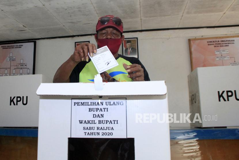 Pemilih memasukkan surat suara ke dalam kotak suara usai mencoblos saat Pemungutan Suara Ulang (PSU) Pilkada Sabu Raijua di Seba, Kabupaten Sabu Raijua, NTT, Rabu (7/7/2021). Komisi Pemilihan Umum (KPU) Sabu Raijua kembali mengelar PSU untuk memilih bupati dan wakil bupati setelah Mahkamah Konstitusi membatalkan kemenangan bupati terpilih Orient Riwu Kore karena berstatus kewarganegaraan ganda.