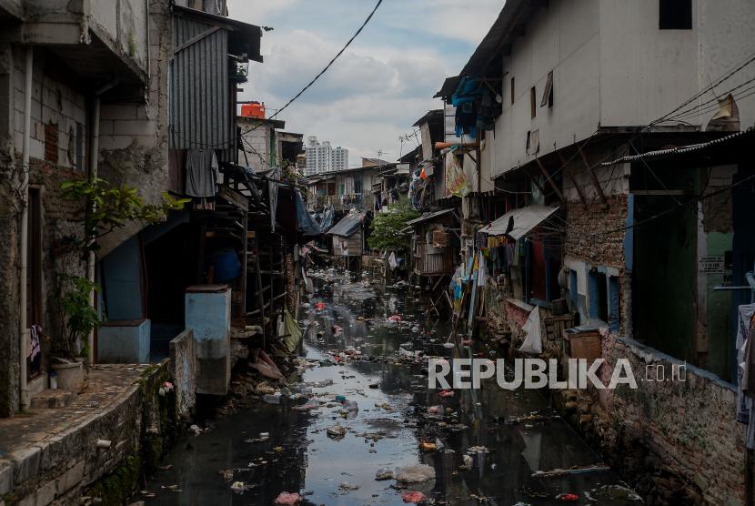 Suasana pemukiman padat penduduk di kawasan Tanah Abang, Jakarta, Senin (13/9). Berdasarkan keterangan Deputi Pencegahan dan Monitoring KPK Pahala Nainggolan, Laporan Harta Kekayaan Penyelenggara Negara (LHKPN) pada masa pandemi mengalami kenaikan sekitar 70 persen berbanding terbalik dengan jumlah penduduk miskin kota yang mengalami kenaikan sebesar 0,01 persen atau 1,12 juta orang per Maret 2021. Republika/Thoudy Badai