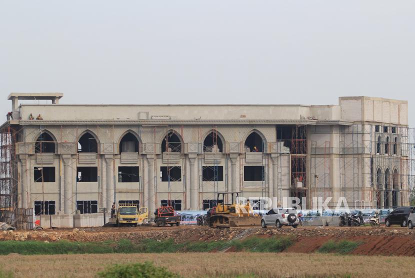 Asrama Haji Indramayu Siap Jadi Obat Rindu Calon Jamaah Haji. Pekerja menyelesaikan pembangunan asrama embarkasi haji di Indramayu, Jawa barat, Kamis (5/11/2020). Pembangunan asrama embarkasi dengan anggaran senilai Rp200 miliar tersebut diharapkan mampu menjadi sarana pendukung untuk mewujudkan Bandara Internasional Jawa Barat (BIJB) Kertajati sebagai bandara embarkasi haji.