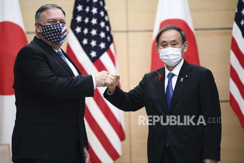 PM Jepang Yoshihide Suga (kanan) dan Menlu AS Mike Pompeo (kiri).