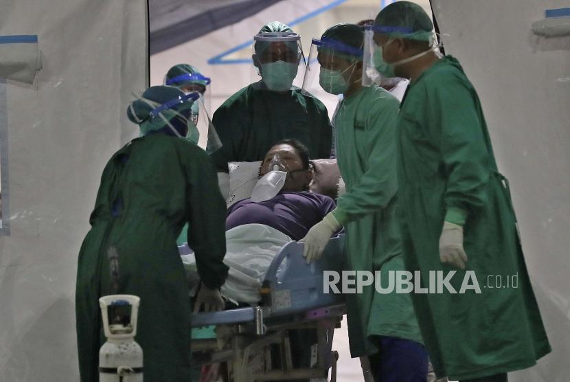 Pekerja medis merawat seorang pria di tenda darurat yang didirikan untuk menampung lonjakan pasien COVID-19 di Rumah Sakit Umum Daerah Cengkareng di Jakarta, Indonesia, Kamis, 24 Juni 2021.
