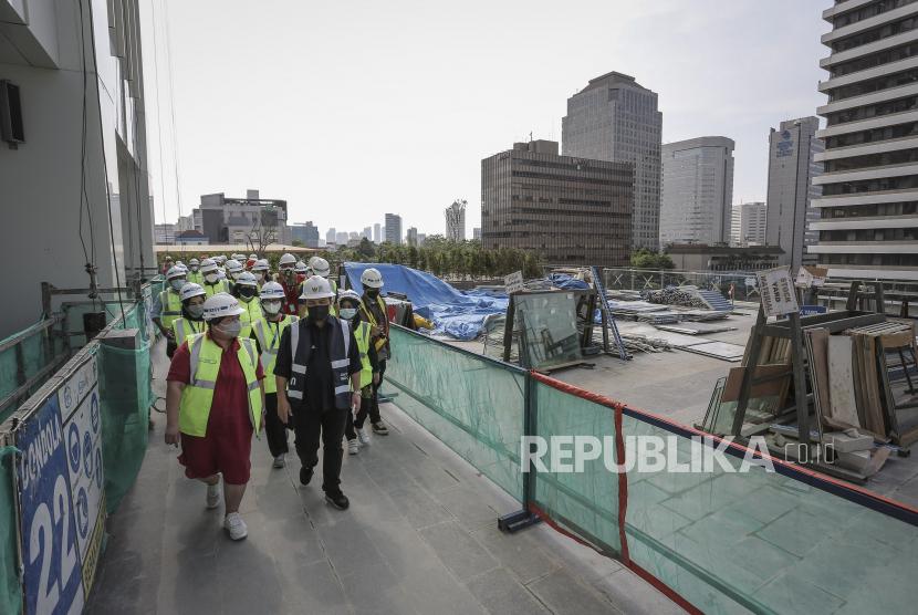 Menteri BUMN Erick Thohir (kanan) didampingi Direktur Utama PT Sarinah (Persero) Fetty Kwartati (kiri) meninjau proyek renovasi Gedung Sarinah di Jakarta, Selasa (28/9/2021). Menteri BUMN menargetkan proyek renovasi Gedung Sarinah akan rampung dan kembali dibuka pada Maret 2022.