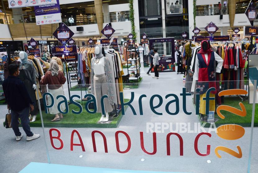 Pasar Kreatif Bandung 2021 dalam rangka hari jadi ke-211 Kota Bandung, di Main Atrium 23 Paskal Shopping Centre, Ahad (19/9). Kegiatan tersebut menampilkan produk unggulan UMKM Kota Bandung, digelar sebagai salah satu upaya pemulihan ekonomi. Pasar Kreatif Bandung berlangsung 17-26 September 2021.