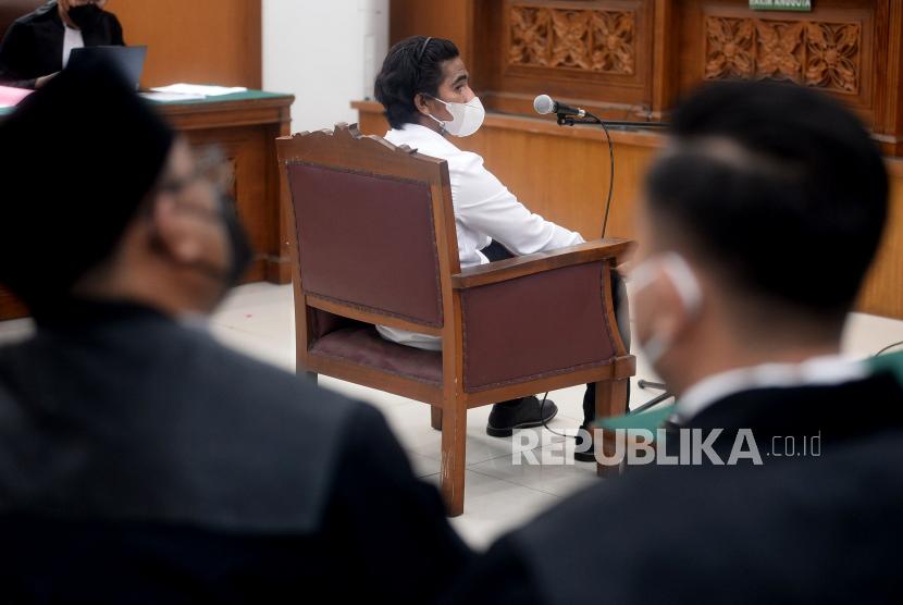 Terdakwa kasus unlawfull killling atau pembunuhan Laskar Front Pembela Islam (FPI) yaitu Briptu Fikri Ramadhan menjalani sidang di Pengadilan Negeri Jakarta Selatan, Senin (18/10). PN Jaksel mengelar sidang perdana kasus unlawfull killling atau pembunuhan Laskar FPI dengan terdakwa Ipda M Yusmin Ohorella dan Briptu Fikri Ramadhan dengan agenda pembacaan dakwaan.Prayogi/Republika