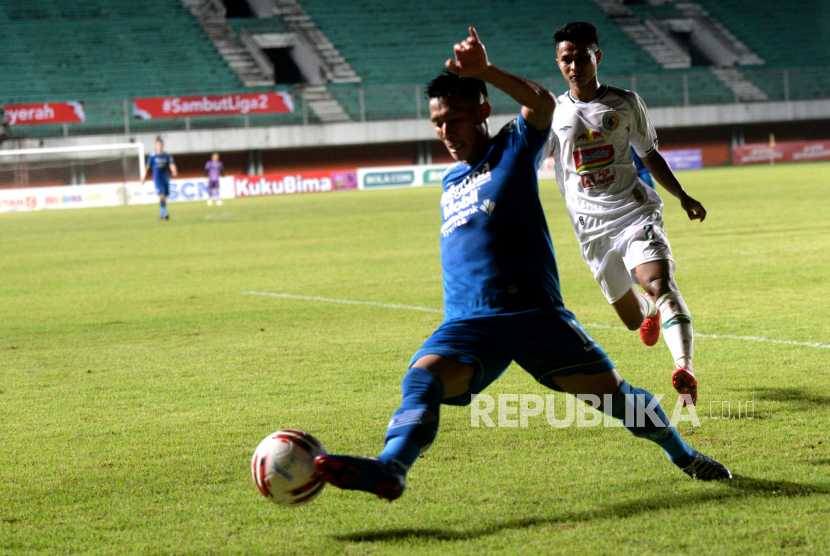 Penyerang Persib Frets Butuan saat melawan PSS Sleman pada semifinal pertama Piala Menpora 2021.