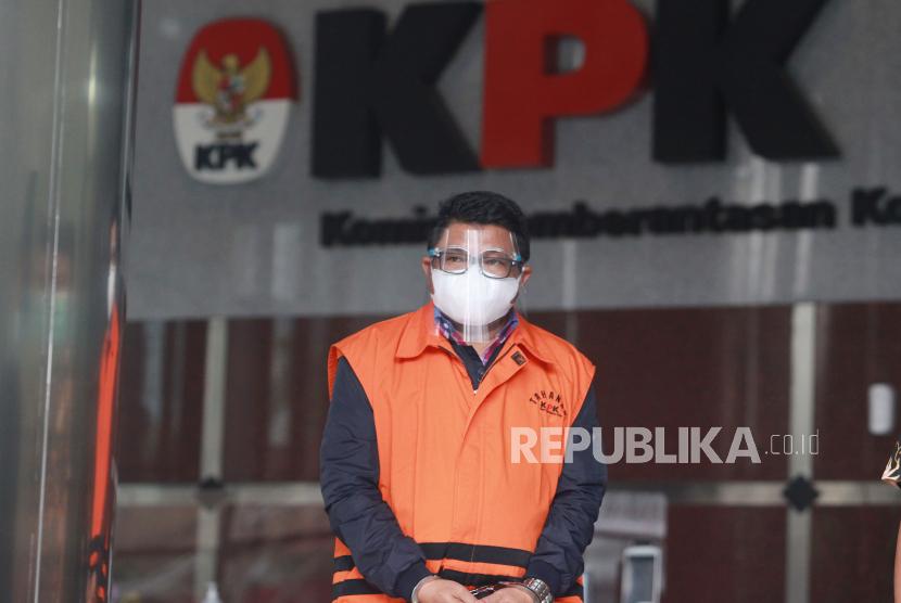 Tersangka mantan Staf Khusus Menteri Kelautan dan Perikanan Edhy Prabowo, Safri, berjalan usai diperiksa di Gedung Merah Putih KPK, Jakarta, Rabu (24/3/2021). KPK melakukan pemeriksaan lanjutan kepada tersangka Safri dalam kasus dugaan suap izin ekspor benih lobster.