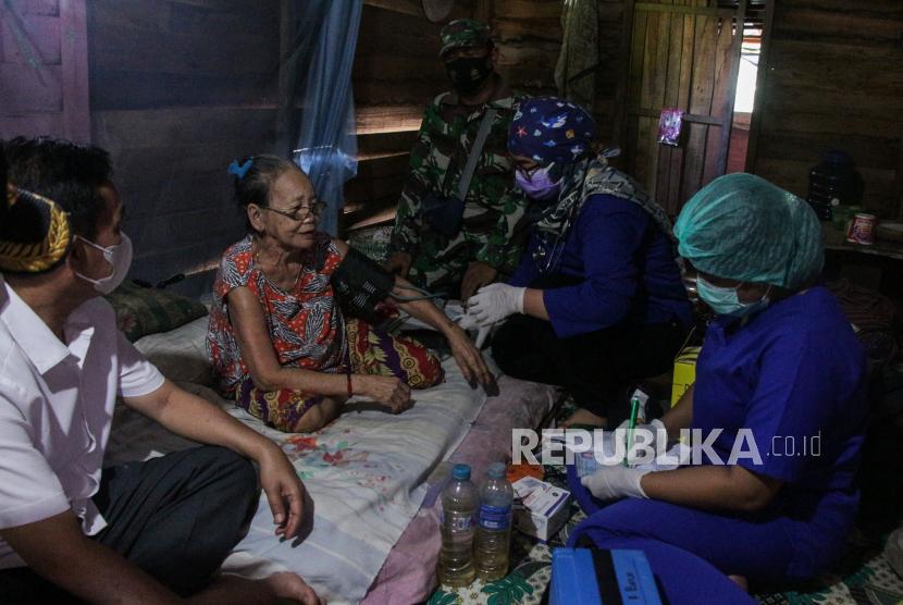 Petugas medis mengecek kesehatan warga lansia sebelum disuntikkan vaksin COVID-19