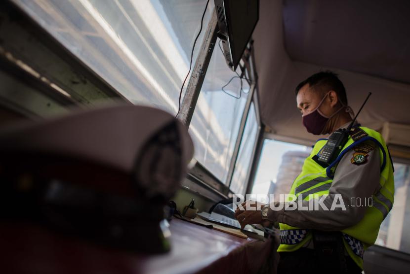 Petugas kepolisian beristirahat di posko operasi ketupat jaya pada Hari Raya Idul Fitri 1441 Hijriyah di jalur perbatasan Jakarta-Bekasi, Bekasi, Jawa Barat, Ahad (24/5). Pada Hari Raya Idul Fitri 1441 Hiriyah salah satu jalur arus mudik terpantau ramai lancar