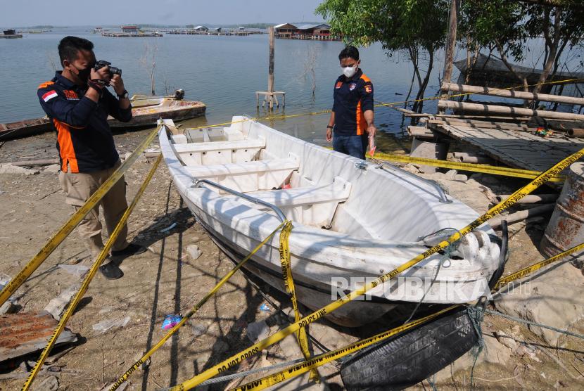 Tim Inafis Polda Jawa Tengah mengidentifikasi perahu yang tenggelam saat membawa rombongan wisata air di Waduk Kedung Ombo, Desa Wonoharjo, Kecamatan Kemusu, Kabupaten Boyolali, Jawa Tengah, Ahad (16/5/2021).