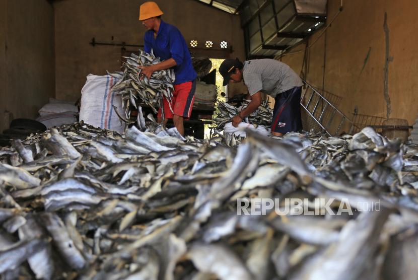 Pekerja mengumpulkan kerupuk kulit ikan di Desa Kenanga, Indramayu, Jawa Barat, Selasa (3/8/2021). Pengusaha kerupuk kulit ikan mengaku saat Pemberlakuan Pembatasan Kegiatan Masyarakat (PPKM) tetap berproduksi, meskipun dengan mengurangi jumlah produksi hingga 50 persen dari kondisi normal.