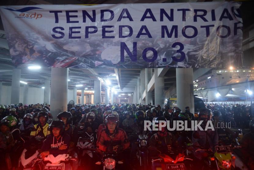Ribuan pemudik sepeda motor mengantre memasuki kapal di Pelabuhan Merak ,Banten, Rabu (13/6).