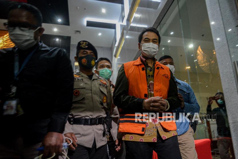 Wakil Ketua DPR RI Azis Syamsuddin mengenakan rompi tahanan usai diperiksa di Gedung Merah Putih KPK, Jakarta, Sabtu (25/9). KPK resmi menahan Azis Syamsuddin setelah ditetapkan sebagai tersangka dalam kasus dugaan suap penanganan perkara di Kabupaten Lampung Tengah.